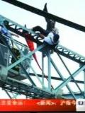 广州老汉推跳桥讨债者下桥 被索赔28万-8月26日